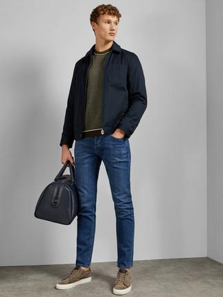 Wie kombinieren: dunkelblaue Feldjacke, olivgrüner Pullover mit einem Rundhalsausschnitt, blaue Jeans, olivgrüne Wildleder niedrige Sneakers