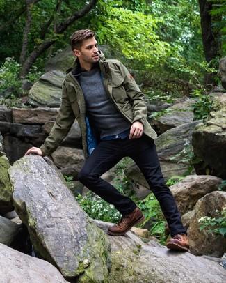 Dunkelgrauen Pullover mit einem Rundhalsausschnitt kombinieren: trends 2020: Kombinieren Sie einen dunkelgrauen Pullover mit einem Rundhalsausschnitt mit dunkelblauen Jeans für ein sonntägliches Mittagessen mit Freunden. Eine braune Lederfreizeitstiefel sind eine einfache Möglichkeit, Ihren Look aufzuwerten.