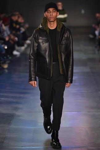 schwarze Feldjacke aus Leder, schwarzer Pullover mit einem Rundhalsausschnitt, olivgrüner Pullover mit einem Kapuze, schwarze Chinohose für Herren