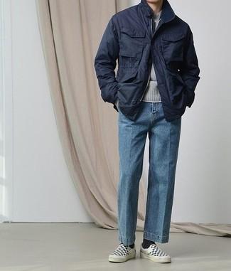 Grauen Pullover mit einem Rundhalsausschnitt kombinieren: trends 2020: Kombinieren Sie einen grauen Pullover mit einem Rundhalsausschnitt mit blauen Jeans für ein sonntägliches Mittagessen mit Freunden. Dieses Outfit passt hervorragend zusammen mit schwarzen und weißen Slip-On Sneakers aus Segeltuch mit Karomuster.