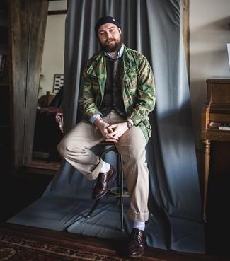 Dunkelbraune Leder Brogues kombinieren – 500+ Herren Outfits: Tragen Sie eine olivgrüne Camouflage Feldjacke und eine beige Chinohose für ein bequemes Outfit, das außerdem gut zusammen passt. Entscheiden Sie sich für dunkelbraunen Leder Brogues, um Ihr Modebewusstsein zu zeigen.