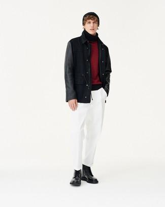 schwarze Feldjacke, roter und schwarzer horizontal gestreifter Rollkragenpullover, weiße Chinohose, schwarze Lederfreizeitstiefel für Herren