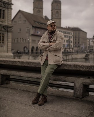 Herren Outfits 2021: Arbeitsreiche Tage verlangen nach einem einfachen, aber dennoch stylischen Outfit, wie zum Beispiel eine hellbeige Feldjacke und eine olivgrüne Chinohose. Fühlen Sie sich mutig? Wählen Sie eine dunkelbraune Wildlederfreizeitstiefel.