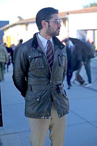 Wie kombinieren: schwarze Feldjacke, graues Sakko mit Schottenmuster, weißes Businesshemd, graue Anzughose mit Schottenmuster