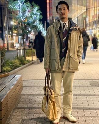 Hellbeige Chinohose kombinieren – 1200+ Herren Outfits: Die Vielseitigkeit von einer beige Feldjacke und einer hellbeige Chinohose machen sie zu einer lohnenswerten Investition. Ergänzen Sie Ihr Outfit mit hellbeige Wildleder Derby Schuhen, um Ihr Modebewusstsein zu zeigen.