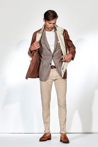 Hellbeige Chinohose kombinieren: trends 2020: Kombinieren Sie eine braune Feldjacke mit einer hellbeige Chinohose für ein Alltagsoutfit, das Charakter und Persönlichkeit ausstrahlt. Fügen Sie rotbraunen Wildleder Slipper mit Quasten für ein unmittelbares Style-Upgrade zu Ihrem Look hinzu.