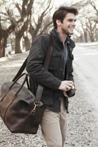 Dunkelbraune Leder Reisetasche kombinieren: Vereinigen Sie eine schwarze Feldjacke mit einer dunkelbraunen Leder Reisetasche für einen entspannten Wochenend-Look.