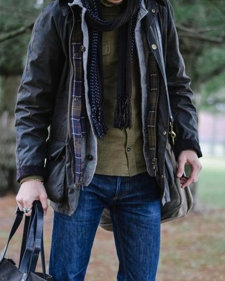 Wie kombinieren: schwarze Feldjacke, graue Strickjacke, olivgrünes Langarmhemd, blaue Jeans