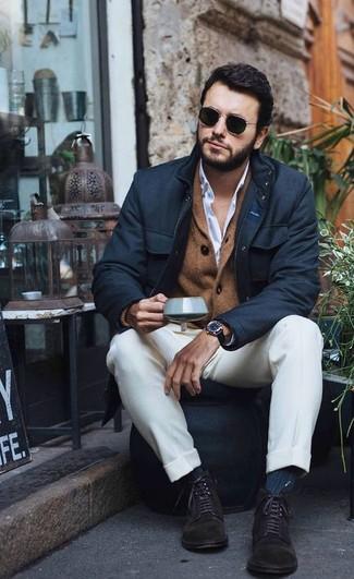 Wie kombinieren: schwarze Feldjacke, braune Strickjacke mit einem Schalkragen, weißes Businesshemd, weiße Anzughose