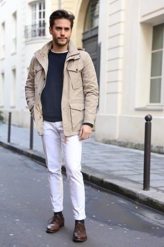 Braune Leder Derby Schuhe kombinieren: trends 2020: Paaren Sie eine hellbeige Feldjacke mit einer weißen Chinohose, um mühelos alles zu meistern, was auch immer der Tag bringen mag. Wählen Sie braunen Leder Derby Schuhe, um Ihr Modebewusstsein zu zeigen.