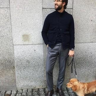 Dunkelbraune Leder Derby Schuhe kombinieren – 500+ Herren Outfits: Kombinieren Sie eine dunkelblaue gesteppte Feldjacke mit einer grauen Anzughose für eine klassischen und verfeinerte Silhouette. Fühlen Sie sich mutig? Komplettieren Sie Ihr Outfit mit dunkelbraunen Leder Derby Schuhen.