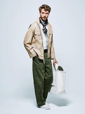Dunkelgrüne Chinohose kombinieren: trends 2020: Vereinigen Sie eine hellbeige Feldjacke mit einer dunkelgrünen Chinohose für ein bequemes Outfit, das außerdem gut zusammen passt. Weiße Slip-On Sneakers aus Segeltuch sind eine kluge Wahl, um dieses Outfit zu vervollständigen.