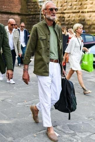 Herren Outfits & Modetrends 2020 für Frühling: Paaren Sie eine olivgrüne Feldjacke mit einer weißen Chinohose für einen bequemen Alltags-Look. Braune Leder Espadrilles fügen sich nahtlos in einer Vielzahl von Outfits ein. Mehr braucht ein Frühlings-Outfit nicht!