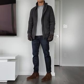 Handschuhe kombinieren – 500+ Herren Outfits: Für ein bequemes Couch-Outfit, kombinieren Sie eine dunkelgraue Feldjacke mit Handschuhen. Fühlen Sie sich ideenreich? Vervollständigen Sie Ihr Outfit mit dunkelbraunen Chelsea Boots aus Wildleder.