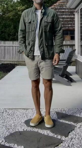 50 Jährige: Outfits Herren 2020: Entscheiden Sie sich für eine dunkelgrüne Feldjacke und grauen Shorts für einen bequemen Alltags-Look. Beige Slip-On Sneakers aus Segeltuch sind eine perfekte Wahl, um dieses Outfit zu vervollständigen.