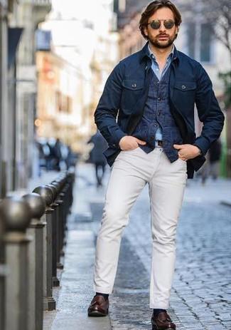 Wie kombinieren: dunkelblaue Feldjacke, dunkelblaue Jeansweste, hellblaues Chambray Langarmhemd, weiße Chinohose