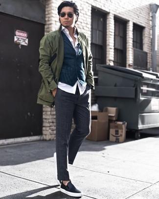 Schwarze und goldene Sonnenbrille kombinieren: trends 2020: Für ein bequemes Couch-Outfit, kombinieren Sie eine olivgrüne Feldjacke mit einer schwarzen und goldenen Sonnenbrille. Fügen Sie schwarzen Slip-On Sneakers aus Leder für ein unmittelbares Style-Upgrade zu Ihrem Look hinzu.