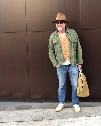 Wie kombinieren: grüne Feldjacke, beige Weste, weißes T-Shirt mit einem Rundhalsausschnitt, blaue Jeans mit Destroyed-Effekten