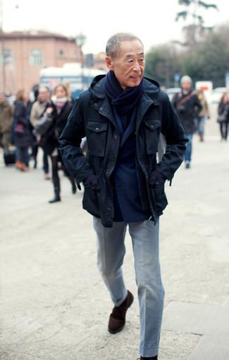 Wie kombinieren: dunkelblaue Feldjacke, dunkelblaues Wollzweireiher-sakko, graue Anzughose, dunkelbraune Chukka-Stiefel aus Wildleder