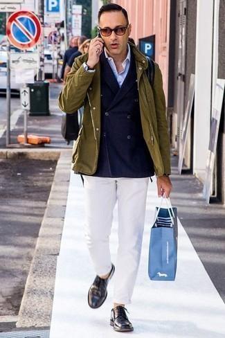 Dunkellila Leder Derby Schuhe kombinieren: trends 2020: Kombinieren Sie eine olivgrüne Feldjacke mit einer weißen Chinohose für ein Alltagsoutfit, das Charakter und Persönlichkeit ausstrahlt. Fühlen Sie sich mutig? Wählen Sie dunkellila Leder Derby Schuhe.