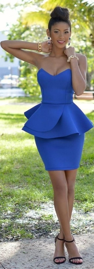 Wie kombinieren: blaues figurbetontes Kleid, schwarze Leder Sandaletten, goldenes Armband, dunkelblaue Ohrringe