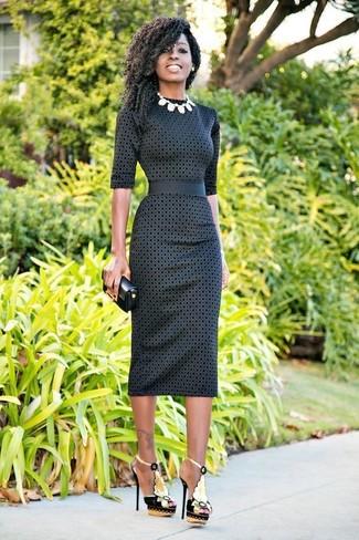 Wie kombinieren: dunkelgraues gepunktetes figurbetontes Kleid, schwarze verzierte Leder Sandaletten, schwarze Leder Clutch, weiße Halskette