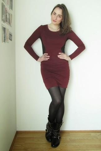 35bcd960f430 dunkelrotes figurbetontes Kleid, schwarze beschlagene Leder ...