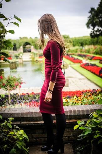 Tragen Sie ein dunkelrotes Figurbetontes Kleid, um einen schicken, glamurösen Look zu erhalten. Schwarze Leder Stiefeletten putzen umgehend selbst den bequemsten Look heraus.