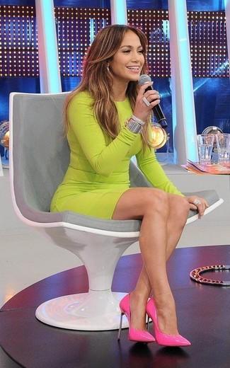 Jennifer Lopez trägt Gelbgrünes Figurbetontes Kleid, Fuchsia Leder Pumps, Silbernes Armband, Silberner Ring
