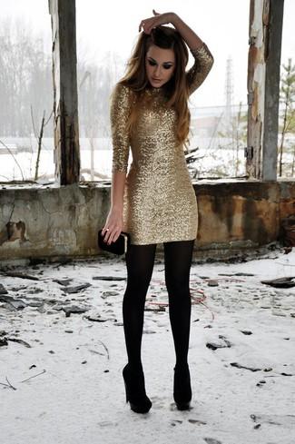 Wie kombinieren: goldenes Paillette figurbetontes Kleid, schwarze Wildleder Pumps, schwarze Wildleder Clutch, schwarze Wollstrumpfhose