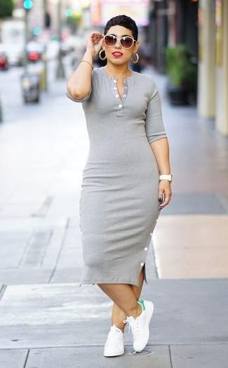 Wie kombinieren: graues figurbetontes Kleid, weiße Leder niedrige Sneakers, weiße Sonnenbrille, goldenes Armband