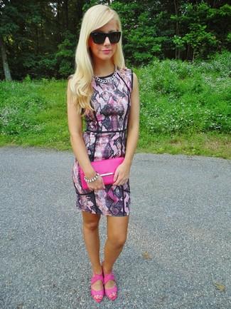 Wie kombinieren: rosa figurbetontes Kleid mit Schlangenmuster, fuchsia Leder Sandaletten, fuchsia Leder Clutch, schwarze Sonnenbrille