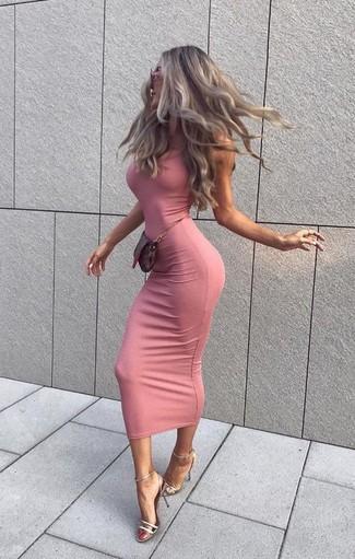 Rosa Sonnenbrille kombinieren – 86 Damen Outfits: Geben Sie den bestmöglichen Freizeit-Look ab in einem rosa figurbetontem Kleid und einer rosa Sonnenbrille. Silberne Leder Sandaletten sind eine großartige Wahl, um dieses Outfit zu vervollständigen.
