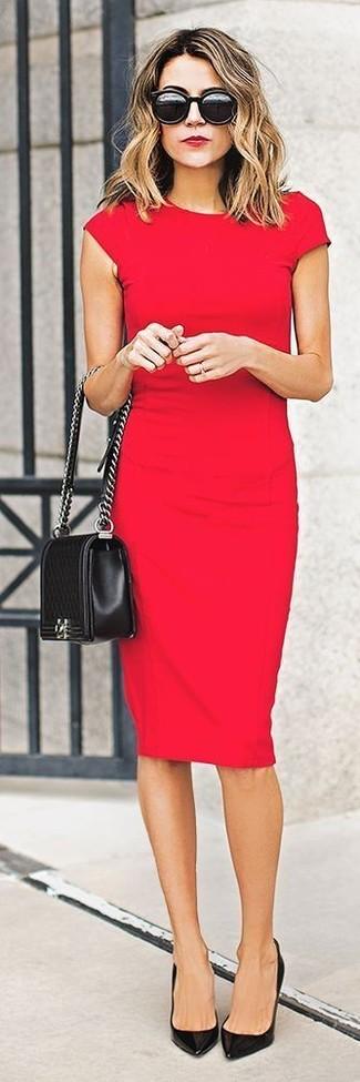 Tragen Sie ein rotes figurbetontes Kleid, um einen schicken, glamurösen Outfit zu schaffen. Schwarze Leder Pumps bringen klassische Ästhetik zum Ensemble.
