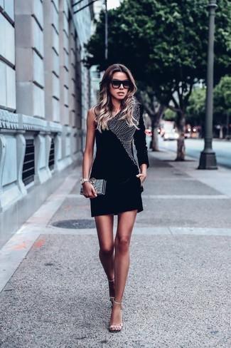 Wie kombinieren: schwarzes verziertes Samt figurbetontes Kleid, silberne verzierte Leder Sandaletten, goldene Clutch, schwarze Sonnenbrille