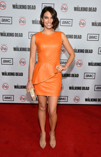 Wie kombinieren: orange Leder figurbetontes Kleid, hellbeige Leder Sandaletten, goldene Leder Clutch, goldenes Armband