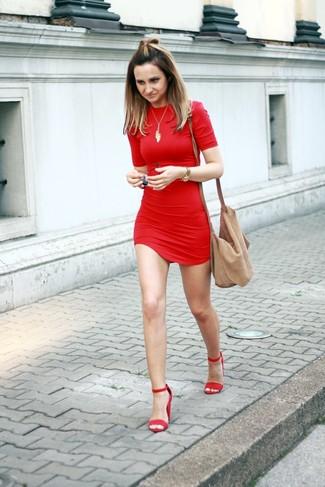 Wie kombinieren: rotes figurbetontes Kleid, rote Wildleder Sandaletten, beige Wildleder Umhängetasche, goldener Anhänger
