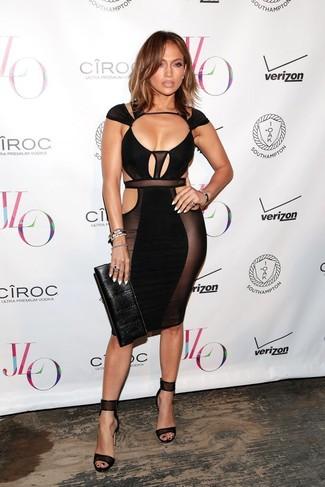 Jennifer Lopez trägt Schwarzes Figurbetontes Kleid mit Ausschnitten, Schwarze Leder Sandaletten, Schwarze Leder Clutch, Schwarzes Armband