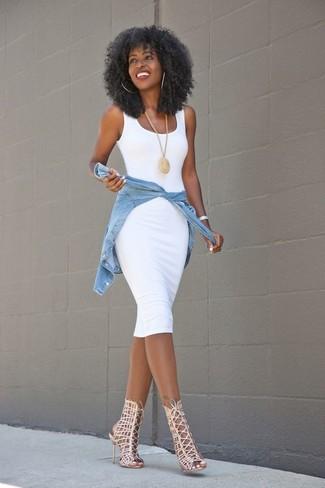 Wie kombinieren: weißes figurbetontes Kleid, hellblaues Jeanshemd, hellbeige Römersandalen aus Leder, goldener Anhänger
