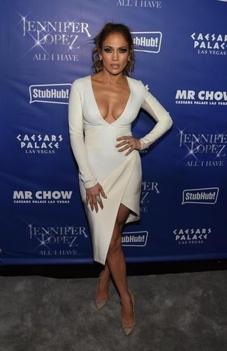Jennifer Lopez trägt Weißes Figurbetontes Kleid, Goldene Leder Pumps, Hellblaue Ohrringe, Hellblauer Ring