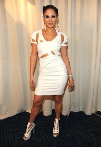 Jennifer Lopez trägt Weißes Figurbetontes Kleid mit Ausschnitten, Weiße Leder Sandaletten, Silbernes Armband, Silberne Ohrringe