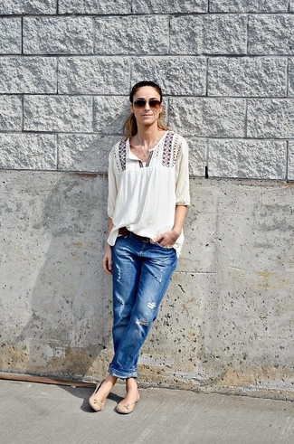 Lässige Sommer Outfits Damen 2021: Wahlen Sie eine weiße bestickte Folklore Bluse und blauen Boyfriend Jeans mit Destroyed-Effekten, um ein stylisches Casual-Outfit zu kreieren. Setzen Sie bei den Schuhen auf die klassische Variante mit hellbeige Leder Ballerinas. Schon ergibt sich ein schöner Sommer-Look.