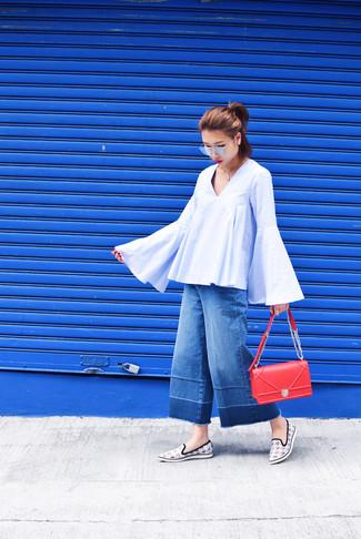 Dunkelblauen Hosenrock aus Jeans kombinieren – 24 Damen Outfits: Eine hellblaue Folklore Bluse und ein dunkelblauer Hosenrock aus Jeans sind absolut Freizeit-Basics und können mit einer Vielzahl von Kleidungsstücken gepaart werden, um ein frischen Casual-Outfit zu erhalten. Dieses Outfit passt hervorragend zusammen mit weißen Slip-On Sneakers mit Hahnentritt-Muster.