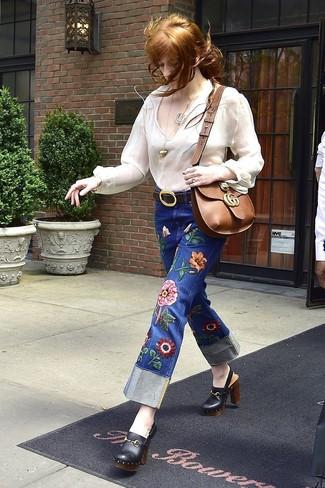 Wie kombinieren: weiße Folklore Bluse, blaue bestickte Jeans, schwarze Leder Pantoletten, braune Leder Umhängetasche