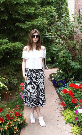 Wie kombinieren: weiße Folklore Bluse mit Rüschen, schwarzer und weißer Midirock mit Blumenmuster, weiße Leder Pantoletten, dunkelbraune Sonnenbrille