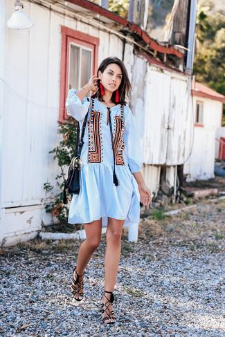 Wie kombinieren: hellblaues besticktes Folklore Kleid, schwarze Wildleder Sandaletten, schwarze Leder Umhängetasche, rote Ohrringe