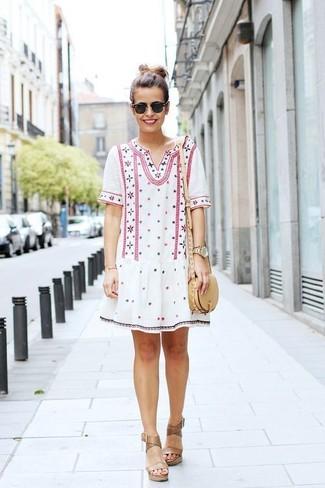 Wie kombinieren: weißes besticktes Folklore Kleid, beige Keilsandaletten aus Leder, hellbeige Leder Umhängetasche, schwarze Sonnenbrille