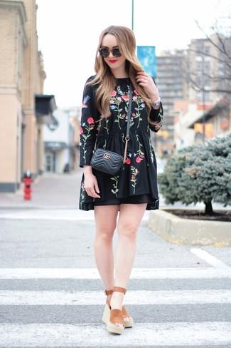 Wie kombinieren: schwarzes besticktes Folklore Kleid, braune Keilsandaletten aus Wildleder, schwarze gesteppte Leder Umhängetasche, schwarze Sonnenbrille