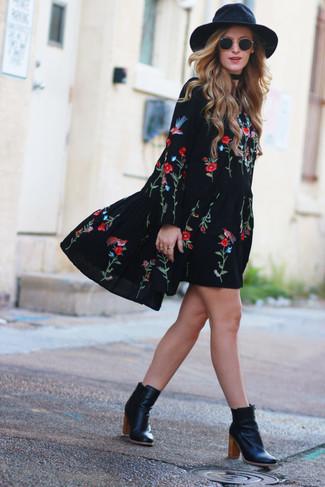 Wie kombinieren: schwarzes besticktes Folklore Kleid, schwarze Leder Stiefeletten, schwarzer Wollhut, schwarze Sonnenbrille