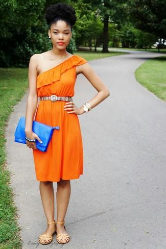 Mehrfarbigen Gürtel kombinieren – 3 Damen Outfits: Entscheiden Sie sich für ein orange Freizeitkleid und einen mehrfarbigen Gürtel, um eine lockere Stimmung zu erschaffen. Beige flache Sandalen aus Leder sind eine ideale Wahl, um dieses Outfit zu vervollständigen.